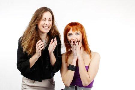 Photo pour Deux filles de bonne humeur. Deux belles copines dans le plaisir de la vue - image libre de droit