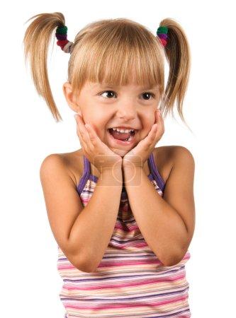 Photo pour Portrait d'un enfant émotionnel. Petite fille drôle isolée sur fond blanc. Beau modèle caucasien . - image libre de droit