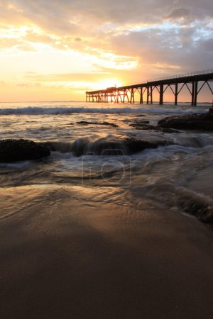 Photo pour Lever du soleil à la baie de catherine hill, nsw avec la jetée historique catho. - image libre de droit