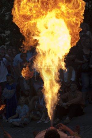 Photo pour Spectaculaire mangeur de feu lors d'un festival médiéval - image libre de droit