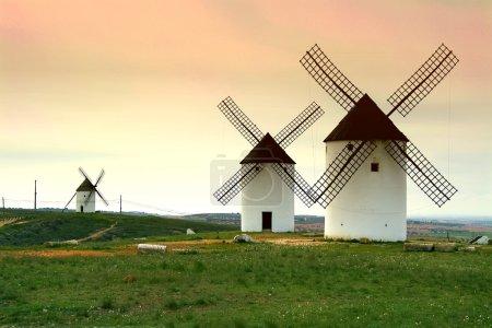 Photo pour Moulins à vent. Mota del cuervo. province de Cuenca. la route de don Quichotte. Castille-la manche. Espagne - image libre de droit