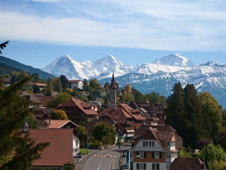 Photo pour Village typiquement suisse avec des sommets enneigés - image libre de droit