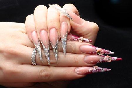 Photo pour Les ongles manucuré acrylique sur fond noir - image libre de droit