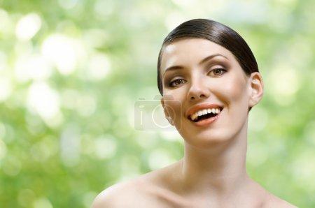 Photo pour Une fille de beauté sur le fond vert - image libre de droit