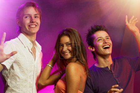 Foto de Un grupo de jóvenes bailando felices - Imagen libre de derechos