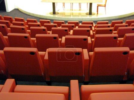 Photo pour Chaises, tables et fauteuils debout dans la salle de conférence - image libre de droit