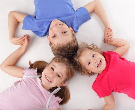 Photo pour Enfants heureux isolés sur blanc - image libre de droit