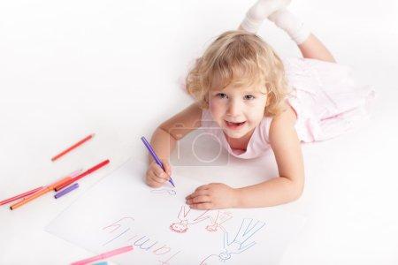 Photo pour Petite fille dessinant la famille - image libre de droit