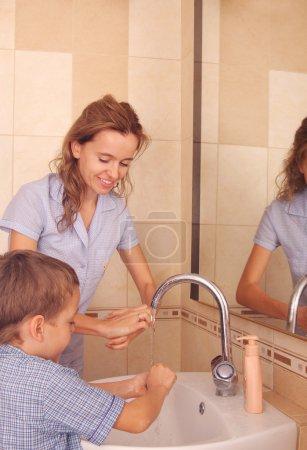 Photo pour Enfant avec maman se laver les mains 2 - image libre de droit