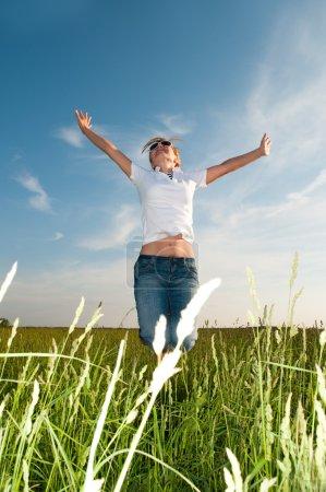 Photo pour Femme heureuse - image libre de droit