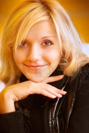 Photo pour Portrait de jeune femme charmante souriante - image libre de droit