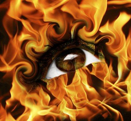 Foto de Ojo quemado abstracto con fuego - Imagen libre de derechos