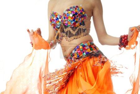Photo pour Photo gros plan de la danseuse en costume traditionnel sur un fond blanc - image libre de droit
