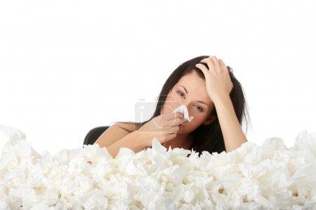 Photo pour Jeune femme dans beaucoup de tissus autour, malade, isoalté sur fond blanc - image libre de droit