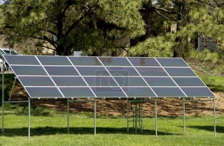 Foto de Una serie de paneles solares solía encubierta luz solar en electricidad. - Imagen libre de derechos