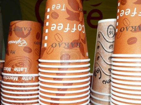 Photo pour De nombreuses tasses de papier de café empilées pour emporter - image libre de droit
