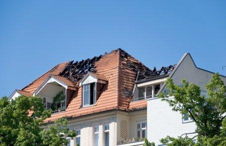 Photo pour Jour après un grand incendie dans un toit d'une maison - image libre de droit