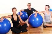 Skupina dělá fitness cvičení