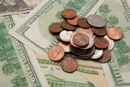 Photo pour Pièces de monnaie sur des billets de dollar . - image libre de droit