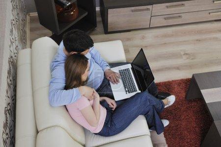 junges paar am laptop zu hause