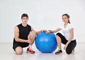 šťastný mladý pár fitness tréninku a zábavy