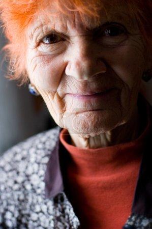 Photo pour Portrait de dame âgée souriant très sympathique - image libre de droit