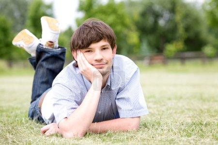 Photo pour Portrait d'un bel homme souriant - image libre de droit