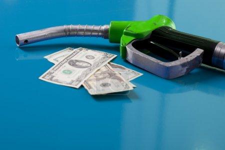 Photo pour Concept de prix du gaz. Dollars américains et buse de carburant - image libre de droit