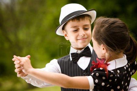 Photo pour Beau jeune couple dansant et s'amusant. Concentre-toi sur le visage du garçon. Plus d'images avec les mêmes modèles . - image libre de droit