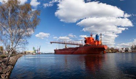 Photo pour Un grand cargo dans le chantier naval de Gdansk, Pologne . - image libre de droit