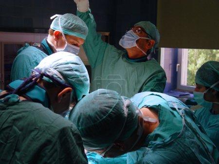 Photo pour Une équipe médicale effectuant une opération - image libre de droit