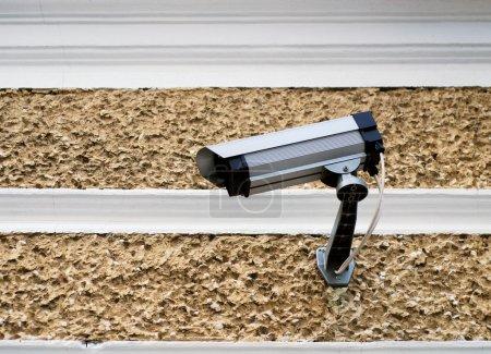 Photo pour Caméra vidéo de sécurité installé à l'extérieur sur un mur - image libre de droit