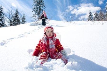 Photo pour Petite fille jouant sur la neige - image libre de droit