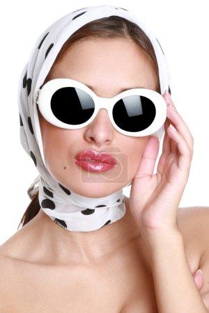 Photo pour Jeune femme à lunettes de soleil. mode portrait - image libre de droit