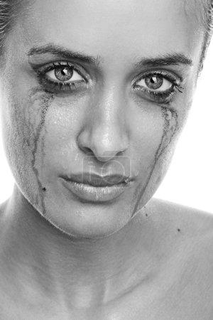 Femme qui pleure avec un maquillage fluide