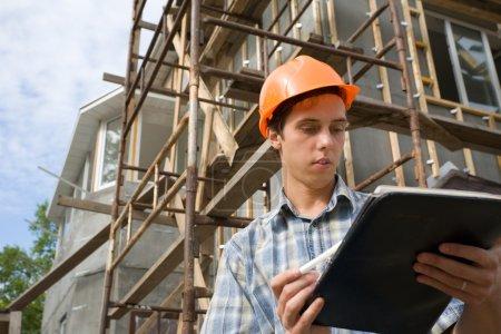 Photo pour L'inspecteur des bâtiments sur une plate-forme de travail. - image libre de droit