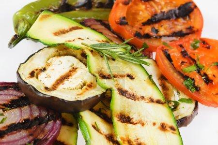 Photo pour Délicieux légumes grillés garnis avec persil et romarin - image libre de droit