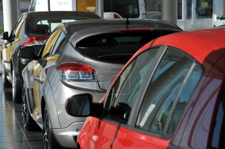 Photo pour Nouvelles voitures dans le showroom concessionnaire - image libre de droit