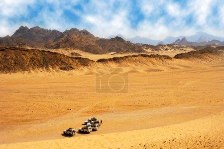 Photo pour Paysage du désert avec jeep prêt pour le safari . - image libre de droit