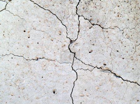 Photo pour Fissures dans la dalle de béton pour le fond - image libre de droit