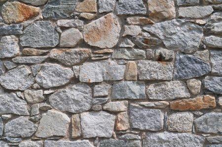 Photo pour Détail d'un mur de pierre avec différentes tailles de roche . - image libre de droit