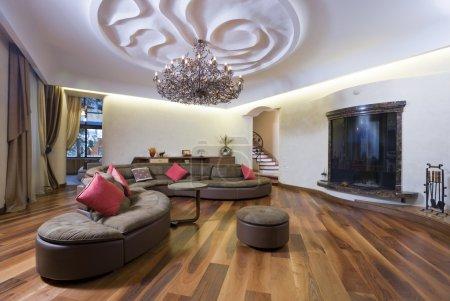 Photo pour Moderne salle de séjour avec cheminée et plafond magnifique. - image libre de droit