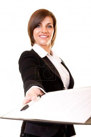 Photo pour Jeune femme d'affaires donnant le contrat pour vous connecter - image libre de droit