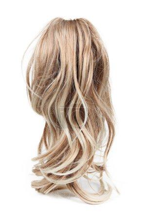 Photo pour Perruque de longs cheveux blonds isolé sur blanc - image libre de droit