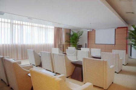 Photo pour Petite vidéo salle de conférence avec canapés et projecteur de film - image libre de droit