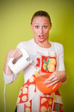 Photo pour Belle femme au foyer avec mélangeur de cuisine - image libre de droit