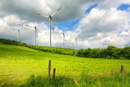 Photo pour Éoliennes sur champ vert - image libre de droit
