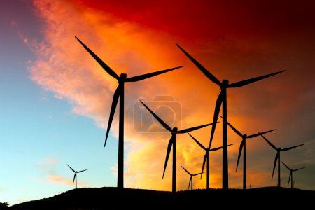 Photo pour Silhouette de parc éolien - image libre de droit