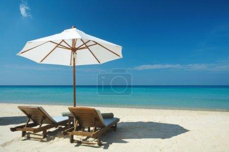 Photo pour Vue de deux chaises et parasol sur la plage - image libre de droit