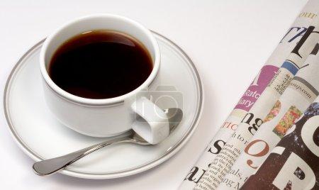 Photo pour Vue de tasse blanche de café avec tas de journaux - image libre de droit